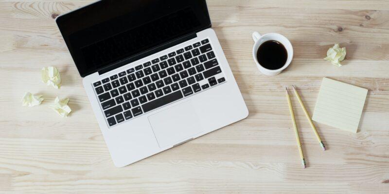 biurko - komputer i notatki